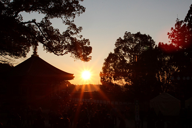 聖徳太子堂越しに初日の出を拝む。幸福で平和な一年となりますように。
